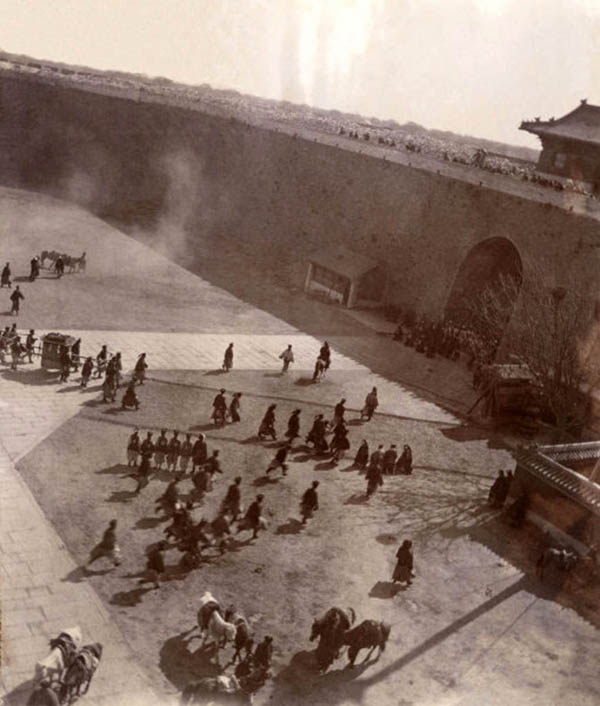 Le retour de la Cour a' Pekin : l'arrivee de l'imperatrice douaireire Cixi a' la Porte de Chien Men . Chine, 1901 The return of the Court to Beijing : the arrival of the Dowayer Empress Cixi in at the Chien Men Gate. China, 1901 Il ritorno della corte a Pechino: l'arrivo dell'imperatrice vedova Cixi alla porta Qianmen . Cina, 1901 *** Local Caption *** ***Only Available in Italy***