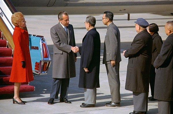 真实的尼克松和周恩来握手
